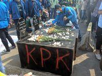 Massa di DPR Bawa 'Kuburan', Protes UU KPK Baru-Tewasnya Mahasiswa Kendari