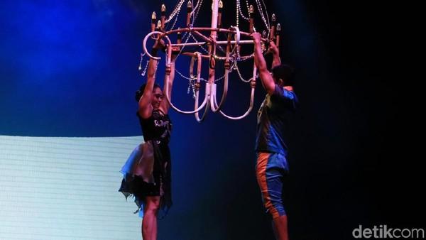 Penonton juga akan dipikat dengan lagu dan atraksi sepasang penari yang bergelantungan di Aerial Chandelier atau tempat lilin. (dok. Rico Bagus/Istimewa)