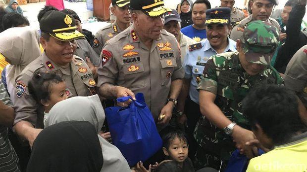 Hari Pertama Menjabat, Kapolda Papua Beri Bantuan ke Pengungsi Wamena