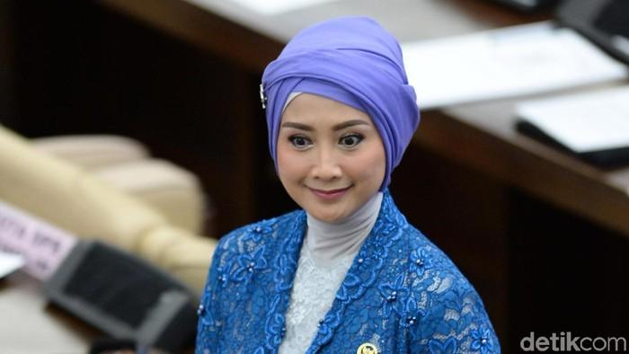 Anggota Dewan Perwakilan Rakyat (DPR) periode 2019-2024 yang juga artis Desy Ratnasari berjalan sebelum pelantikan di Ruang Rapat Paripurna, Kompleks Parlemen, Senayan, Jakarta, Selasa (1/10/2019). Sebanyak 575 anggota DPR terpilih dan 136 orang anggota DPD terpilih diambil sumpahnya pada pelantikan tersebut. ANTARA FOTO/M Risyal Hidayat/pd.
