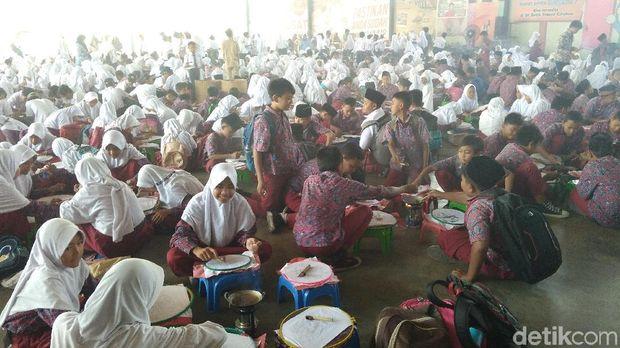 Jelang Hari Batik, 2.832 Pelajar Cirebon Membatik Bersama