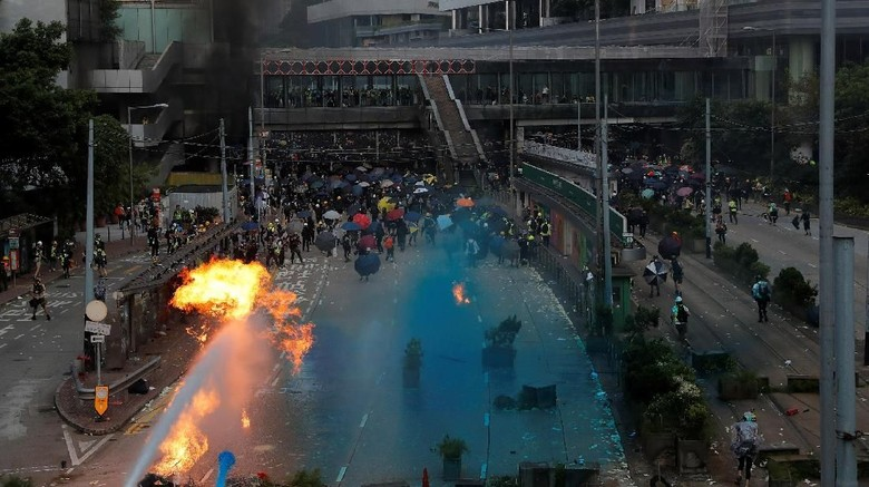 Bentrok Demonstran dan Polisi Warnai HUT ke-70 China di Hong Kong