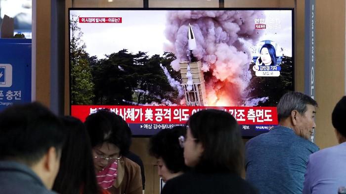 Warga Korsel di stasiun Seoul menyaksikan berita soal peluncuran rudal Korut (AP Photo/Ahn Young-joon)