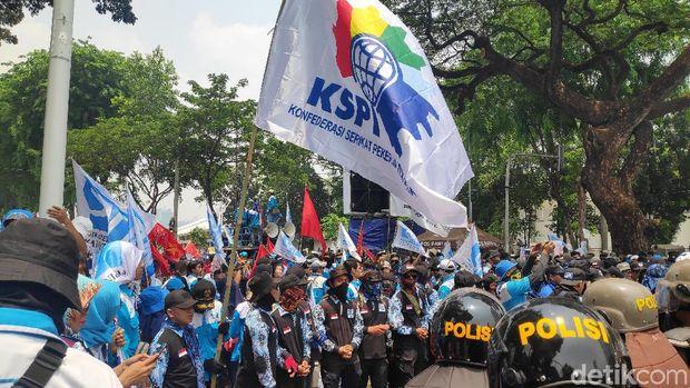 Massa Buruh Meluber hingga Gerbang Pemuda, Lalin Dialihkan