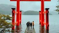 Masih di Hakone, Luna Maya berfoto di Hakone Shrine Peace Torii. (Foto: lunamaya/Instagram)
