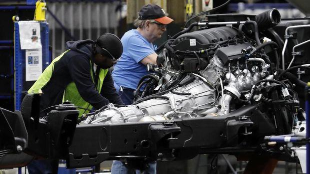 Seorang buruh di pabrik General Motors, Amerika Serikat.