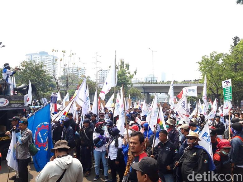 Foto: Demo massa buruh di kawasan gedung DPR. (Rahel-detikcom)