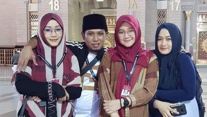 Lora Fadil dengan tiga istrinya. Foto: Dok. Istimewa
