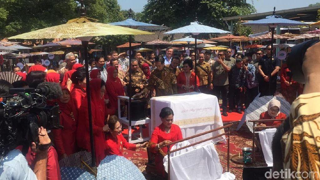 Presiden Jokowi dan Ibu Iriana Asyik Membatik di Solo