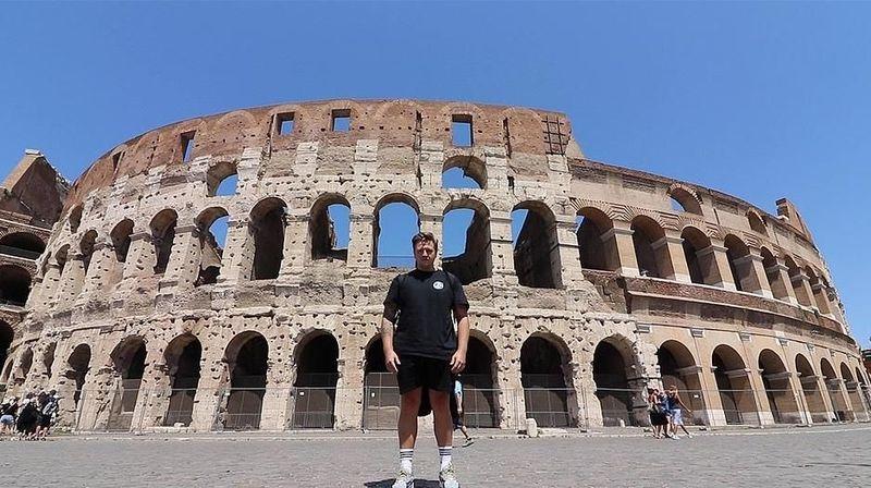 Inilah Simon Wilson, traveler dari Inggris yang berhasil mengunjungi 7 keajaiban dunia dalam waktu 7 hari saja. Simon memulai perjalanan dari Manchester menuju ke Colloseum, Roma di hari pertama (dok. Simon Wilson)