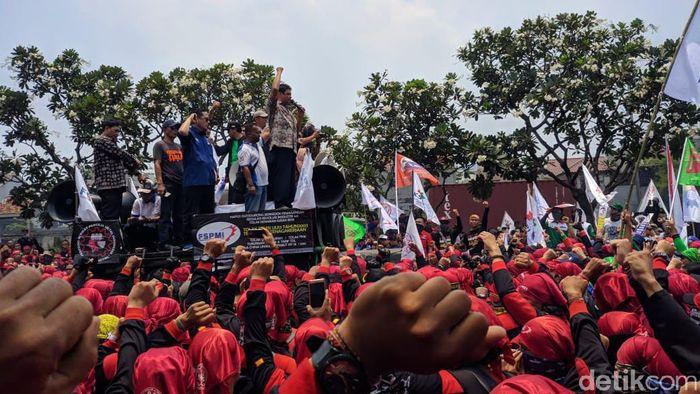 Foto: Presiden KSPI Said Iqbal saat berorasi di Jalan Gatot Subroto, Jakarta. (Rahel-detikcom)
