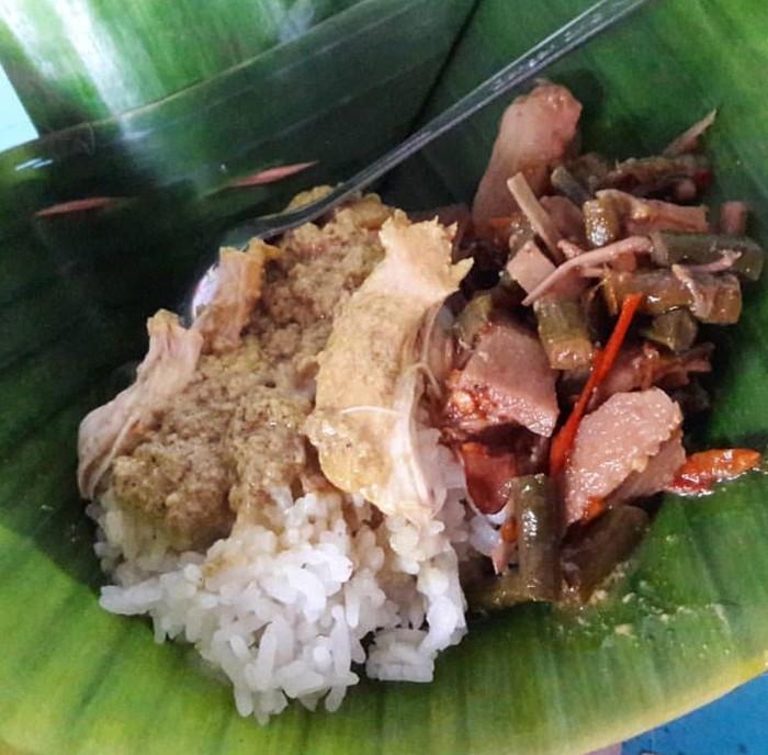 Nasi Lodho merupakan sajian khas Tulungagung. Ayam kampung dimasak kemudian dibakar. Disiram kuah santan kental mirip opor dan disajikan dengan nasi gurih dan lodeh yang pedas. mantap. Foto : Instagram @nona_foodie