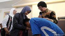 Momen Orang Tua Jemput Anaknya yang Ditahan Terkait Rusuh DPR