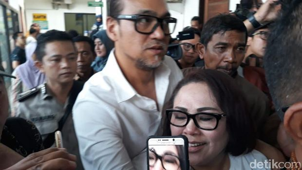 Jaksa mendakwa Retno Prayudati alias Nunung dan suaminya, July Jan Sambiran dalam kasus sabu seberat 2 gram.