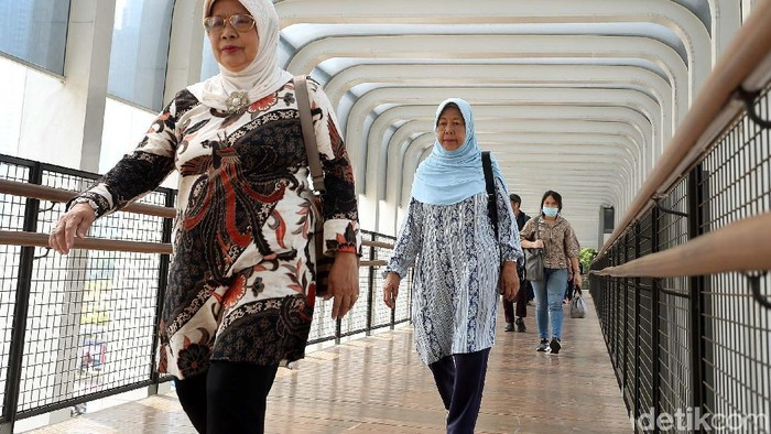Hari Batik dirayakan bangga dengan warga Jakarta. Seperti para pekerja kantoran ini yang wara-wiri dengan memakai batik.
