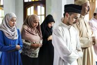 Turis diminta menghormati warga yang sedang melakukan ibadah salat