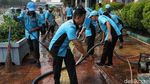 Wow! Petugas Kebersihan Ikut Berbatik