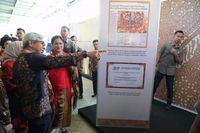 Wamenlu Serahkan Buku Dasawarsa Diplomasi Batik Indonesia ke Jokowi