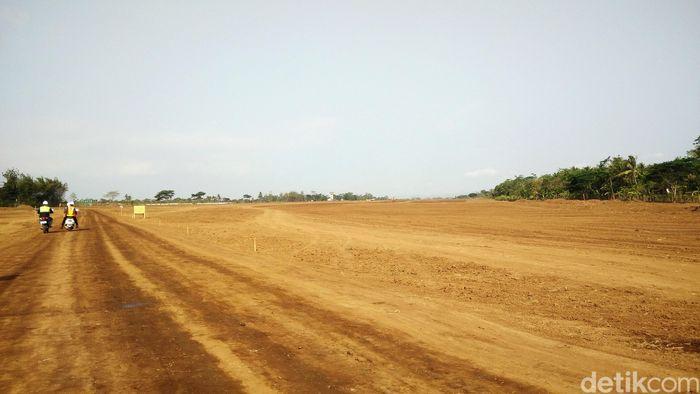 Terdapat sedikit kendala dalam pembangunan bandara tersebut. Di mana tanah yang berada di jalur Run Way sedikit gembur dan menjadi perhatian untuk penguatan tanah di area tersebut.