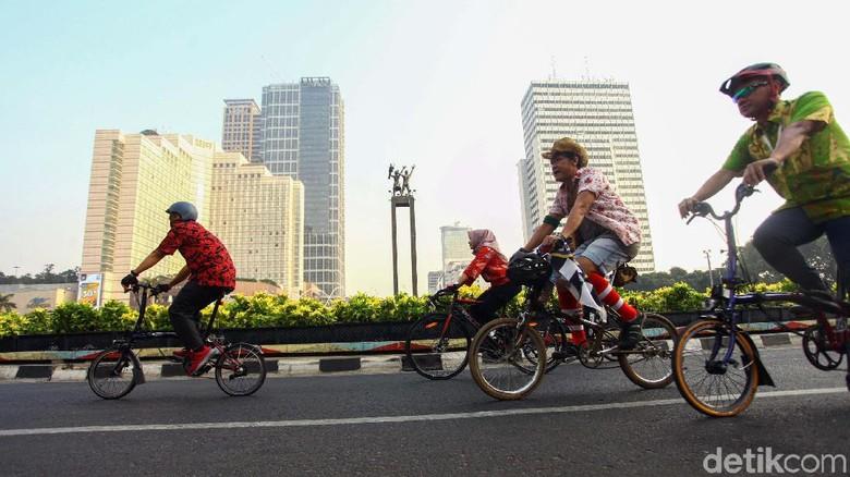 Sejumlah warga bersepeda dengan mengenakan batik di Jakarta, Rabu (1/10/2019). Gowes GBK-Monas ini dalam rangka memperingati Hari Batik 2019.