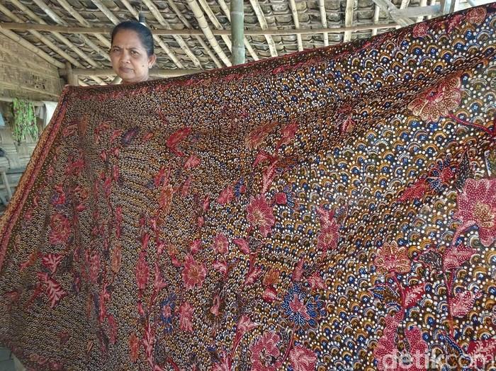 Batik tulis lasem motif tiga negeri. Foto: bagus/detikcom