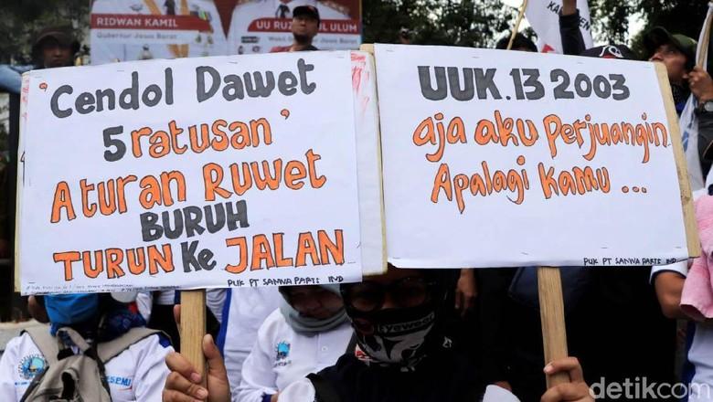 Poster Curahan Hati Para Buruh Ramaikan Demo di Gedung Sate