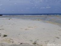 Pantai Mera, Si Cantik dari Pulau Menangis