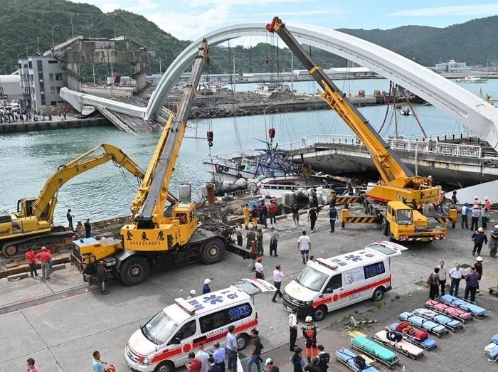 Tim penyelamat masih terus melanjutkan upaya pencarian (Sam YEH/AFP)