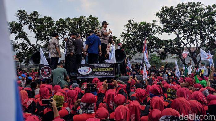 Foto: Kapolda Metro Jaya Irjen Gatot menemui massa buruh (Jefrie/detikcom)