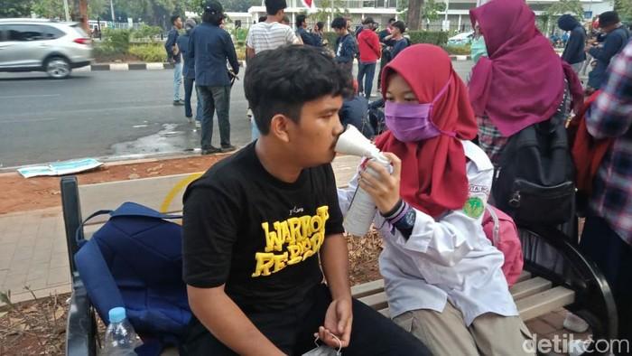 Tim medis relawan mahasiswa membantu memberikan pertolongan pertama pada korban demo. (Foto: Sarah Oktaviani Alam)