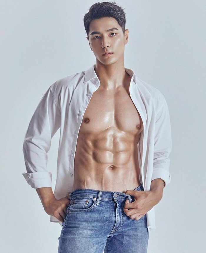 Nama Jong Woo Kim mungkin masih asing bagi sebagian orang. Tapi model asal Korea Selatan yang satu ini, berhasil menyabet juara Mister Global 2019. Wajah tampan dan tubuh atletisnya, membuatnya memiliki banyak penggemar. Foto: Instagram Jong Woo Kim
