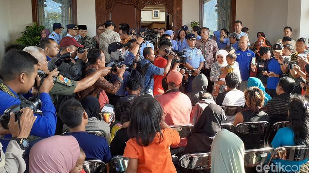 Gubernur Khofifah menggendong anak salah satu pengungsi