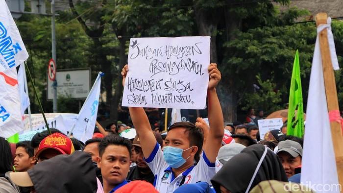 Massa buruh di Bandung gelar aksi unjuk rasa di Gedung Sate. Mereka menuntut reformasi upah minimum yang berorientasi peningkatan kesejahteraan buruh.