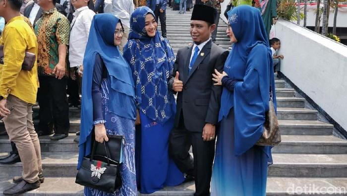 Potret Anggota DPR Lora Fadil yang kedapatan tidur saat paripurna, saat bersama ketiga istrinya (Foto: dok pribadi)