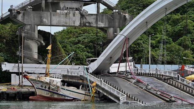 Tim penyelamat masih terus melanjutkan upaya pencarian
