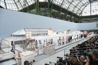 Ada 'Pengacau' di Fashion Show Chanel, Gigi Hadid Maju Gantikan Security