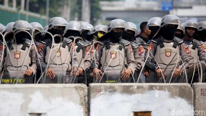 Jelang aksi unjuk rasa buruh, ada ribuan personel gabungan yang dikerahkan untuk amankan gedung DPR. Aksi itu dilakukan untuk menolak revisi UU Ketenagakerjaan.
