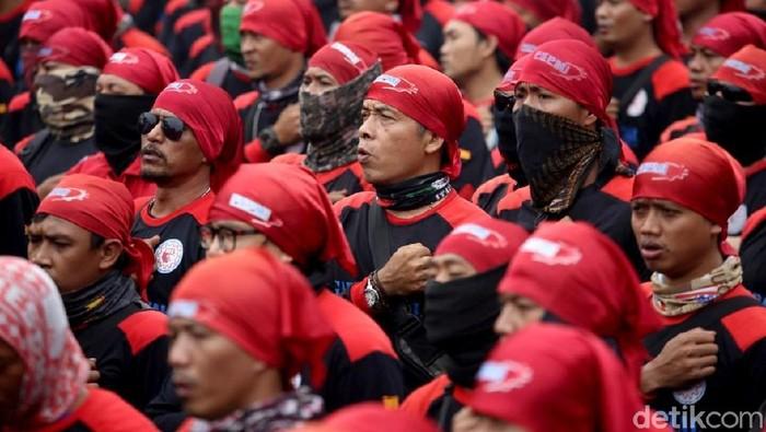Aksi demo kembali berlangsung di depan gedung DPR, Jakarta. Kali ini massa buruh yang menyuarakan aspirasi mereka. Berikut deretan fotonya.