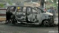 Sebuah Minibus Ludes Terbakar di Depan Kantor Desa Tulungagung
