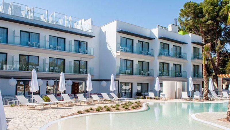 Ada sebuah hotel unik bernama Som Dona di Majorca, Spanyol. Hotel ini punya kebijakan di mana hanya wanita saja yang boleh menginap (Som Dona Hotel)