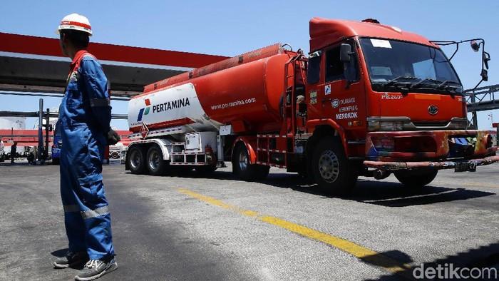 Petugas melakukan inspeksi tanki timbun di Terminal BBM Makassar, Kamis (3/10/2019). Di Terminal BBM Makassar ini terdapat 23 tanki timbun BBM dengan kapasitas 92.000 KL.