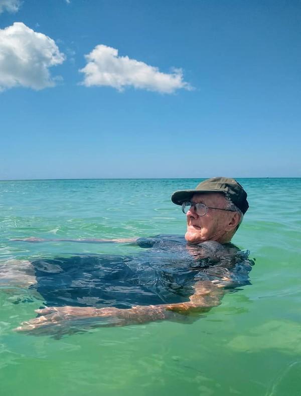 Howard pun mengungkapkan kepada anakanya bahwa dia sangat senang di pantai. Dia menyesali kenapa baru sekarang ada keinginannya untuk ke pantai. (Sandra Fisher Van Nostrand/Facebook)