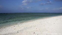 Terpesona Indahnya Pantai Pasir Putih di Wolo