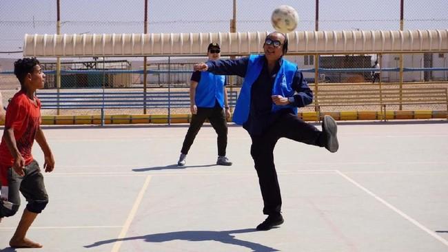Dato Sri Tahir main sepak bola bareng anak-anak pengungsi Suriah/Foto: Dok. KBRI Amman
