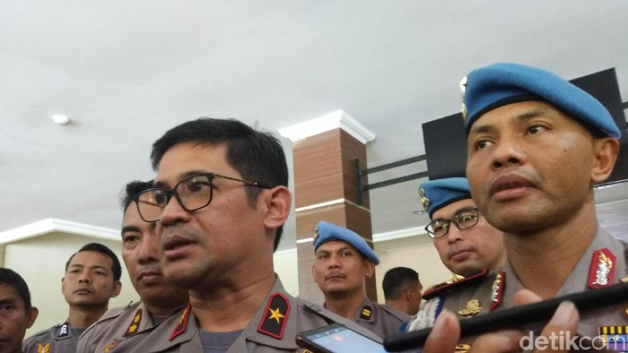 Foto: Kapolda Sultra, Brigjen Merdisyam (kiri) bersama Karo Provost Divisi Propam Mabes Polri, Brigjen Hendro Pandowo (kanan)- (Siti-detik)