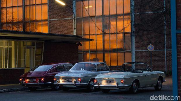 Aneka model VW Karmann Ghia mulai dari atap terbuka sampai tertutup di pabrik VW di Kota Osnabruck, Jerman
