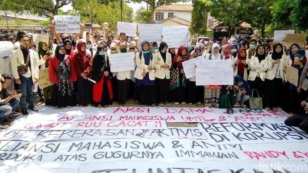 Mahasiswa geruduk kantor DPRD Purworejo.