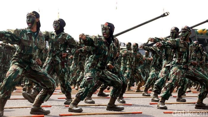 Aksi bela diri prajurit saat merayakan HUT TNI di Lanud Halim Perdanakusuma. (Foto ilustrasi: Rengga Sancaya)