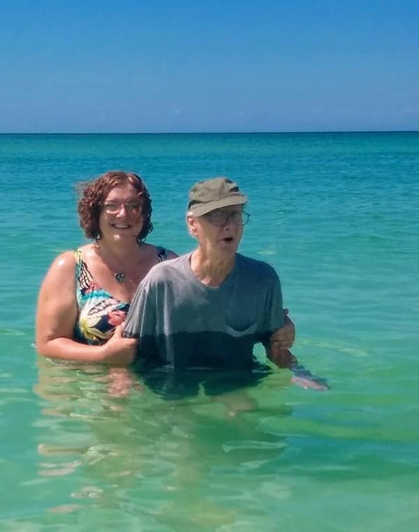 Sang putri pun membagikan cerita bahwa ayahnya perdana ke pantai. Mereka berenang, bersantai di pantai dan menikmati sunset.