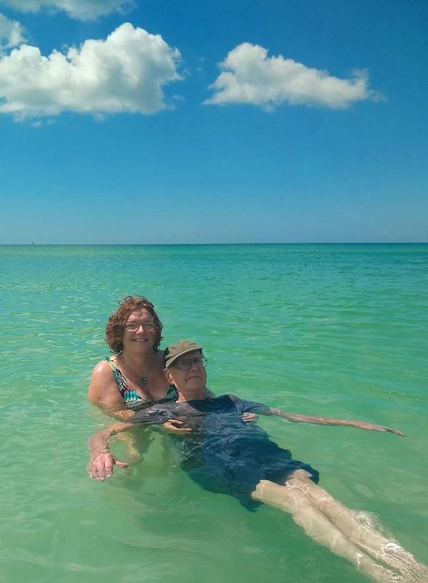 Dalam rangka ulang tahun ke-93, dia memutuskan ingin ke pantai. Putrinya pun membawa ayahnya ke Anna Maria Island. (Sandra Fisher Van Nostrand/Facebook)